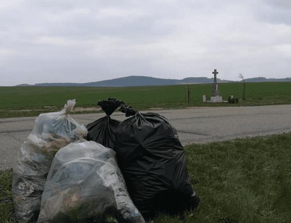 Zvedni odpad ze země. Klub českých turistů Měřín o tom ví své
