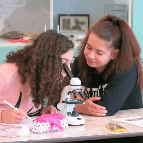 Základní škola Otokara Březiny v Jihlavě mluví i na dálku cizími jazyky. Během koronavirové krize se děti učí před monitory ze svých pokojů. Jak to zvládají? Tato základní škola z […]